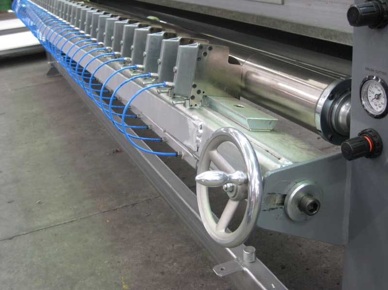 CRUSH CUTTERS MOUNTED ON DOVETAIL BAR SHOWING HARDENED STEEL ROLLER AND POSITIONING WHEEL